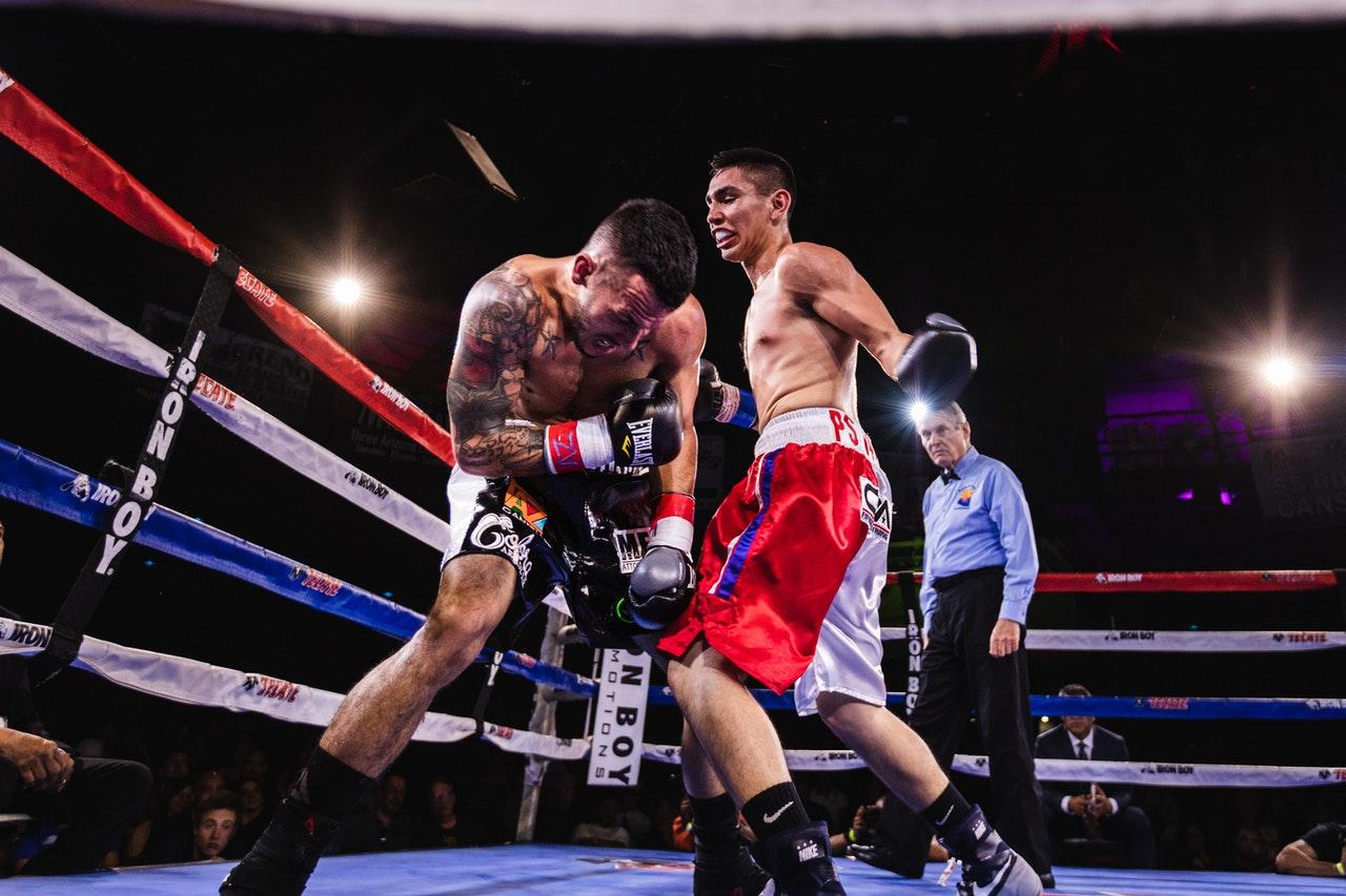 Een bokser die met zijn bokshandschoen een klap uitdeelt